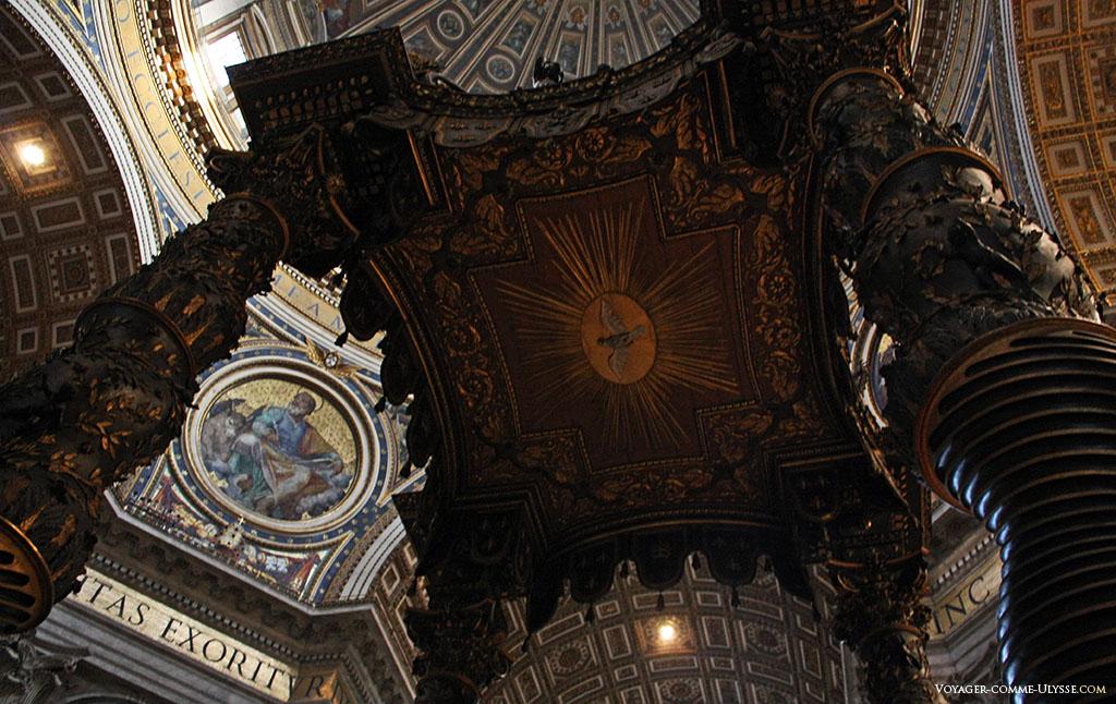 Por debaixo do baldaquim, uma pomba. Podemos ver o medalhão da cúpula representando São Lucas, ladeado pelo seu símbolo, o touro.