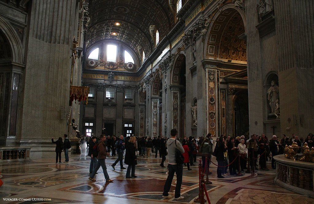 La gigantesque nef, vue depuis la croisée du transept. On aperçoit au fond à gauche la statue de Saint-Pierre.