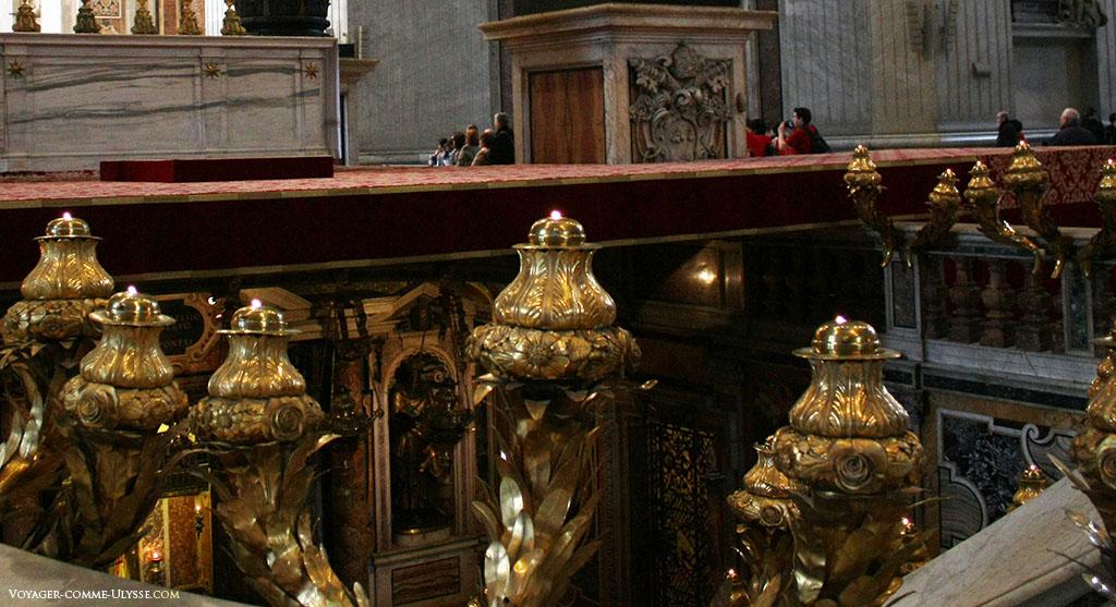 Sous le baldaquin, le tombeau de Saint-Pierre, où reposent les reliques du premier des Apôtres.