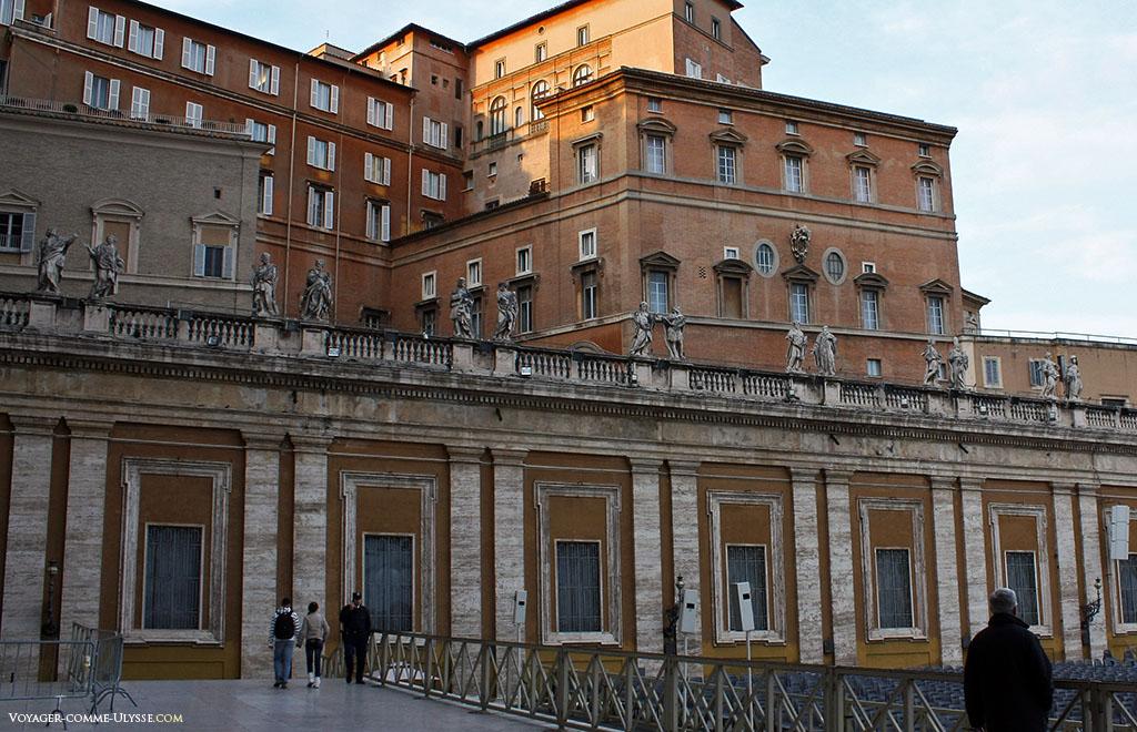 Le Palais Apostolique, résidence officielle du Pape, donne sur la Place Saint-Pierre.