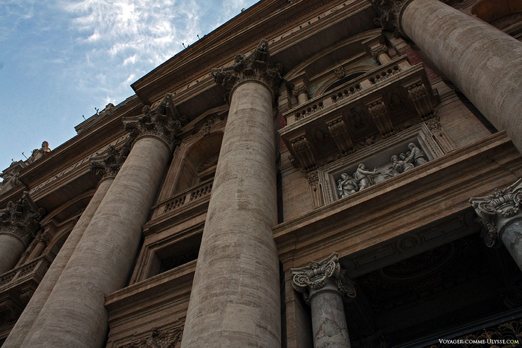 Pormenor da fachada de São Pedro de Roma. Por cima da entrada principal, uma cena bíblica.