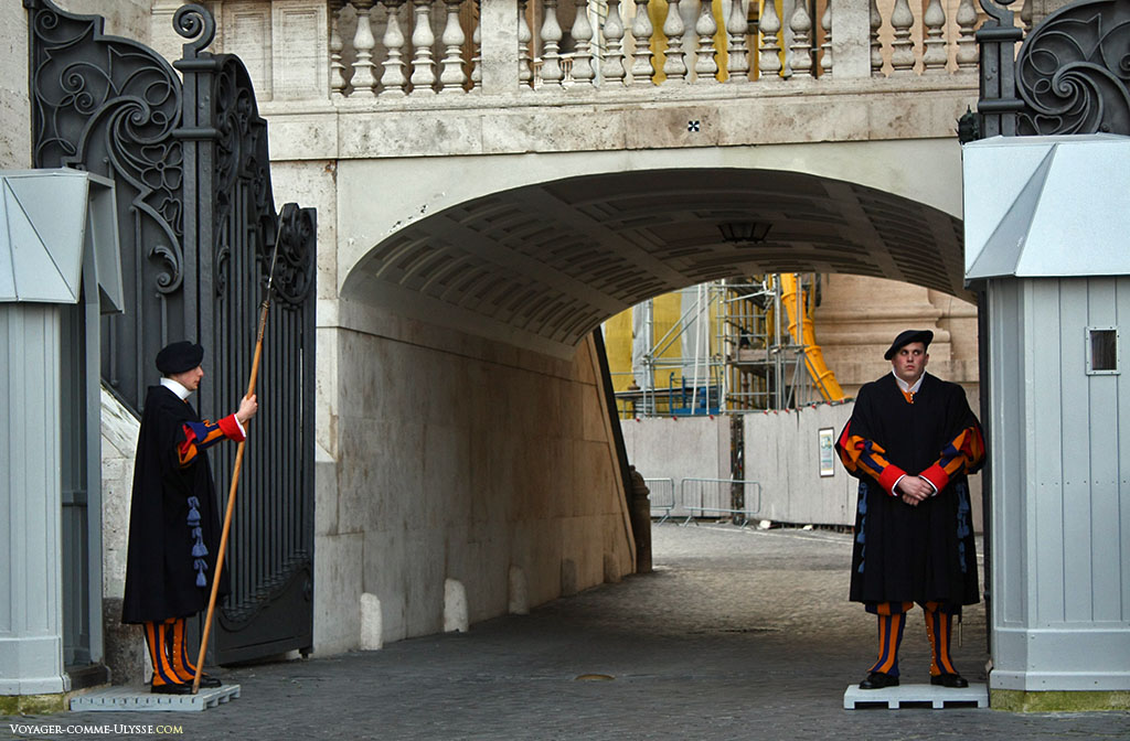 Deux gardes suisses, la plus petite armée du monde. C'est la garde personnelle du souverain pontife.