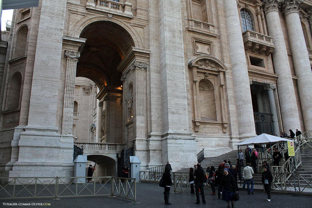 Vemos os guardas Suíços em baixo à esquerda da fachada. O monumento está muito bem conservado.