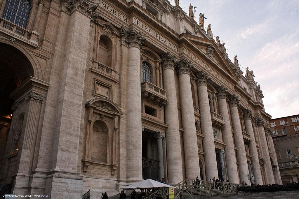 La façade massive de Carlo Maderno, toute en travertin, avec ses colonnes en ordre corinthien. Il manque des statues dans les niches.