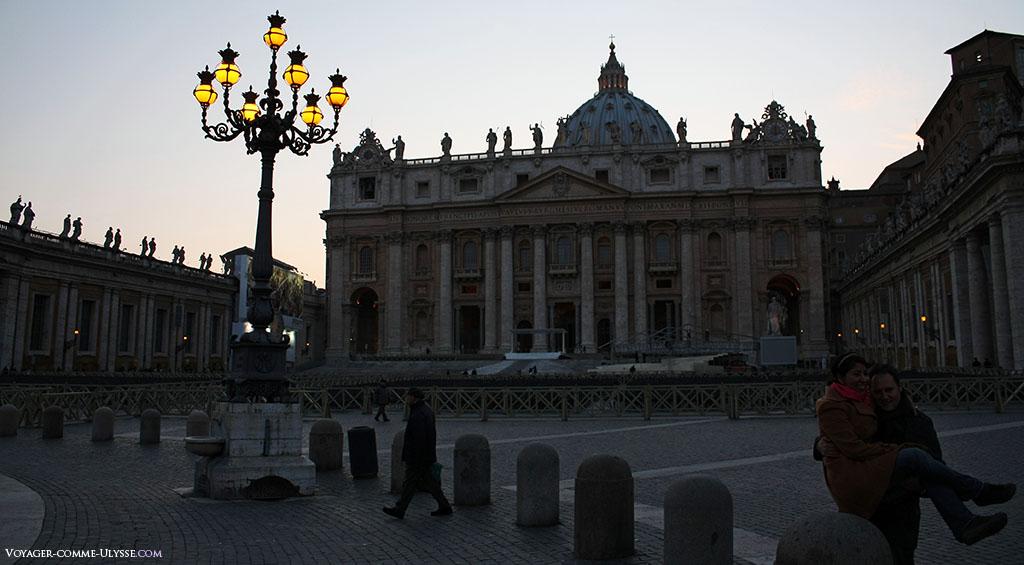 A noite cai na basílica e as luzes acendem. É o momento para os apaixonados tirarem fotografias.