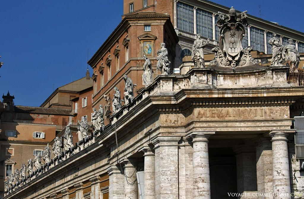 Por cima da colunata, uma fila de estátuas em cima de cada coluna de travertino. A ordem toscana é aqui bem visível, debaixo da inscrição ALEXAN VII P M, do papa Alexandre VII.