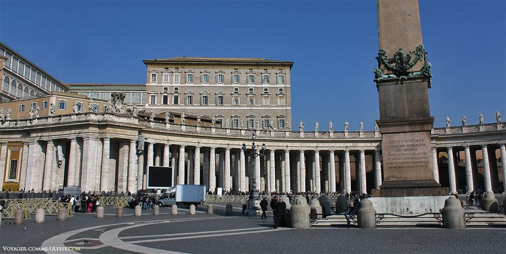 Base de l'obélisque du Vatican, siégeant fièrement au centre de la grande Place Saint-Pierre, sous un ciel serein.