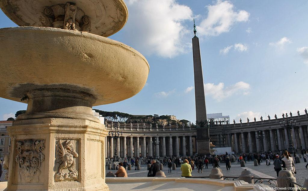 O obelisco do Vaticano, no primeiro plano, uma das duas fontes de Praça de São Pedro. Este obelisco é provavelmente o mais pesado do mundo, estimado em 750 toneladas.