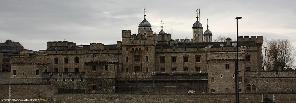 La Tour de Londres, coté Tower Hill, avec ses imposantes murailles de pierre.