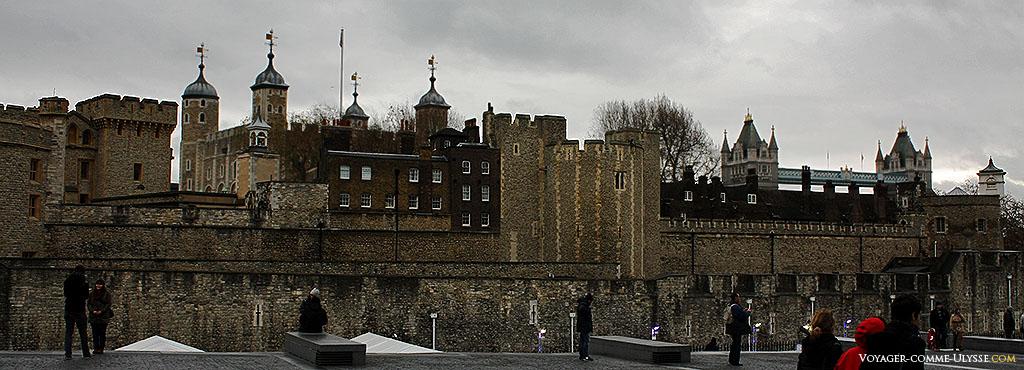 La Tour de Londres est juste à coté d'un autre monument mythique de Londres, la Tower Bridge, que l'on aperçoit à droite de la photo.