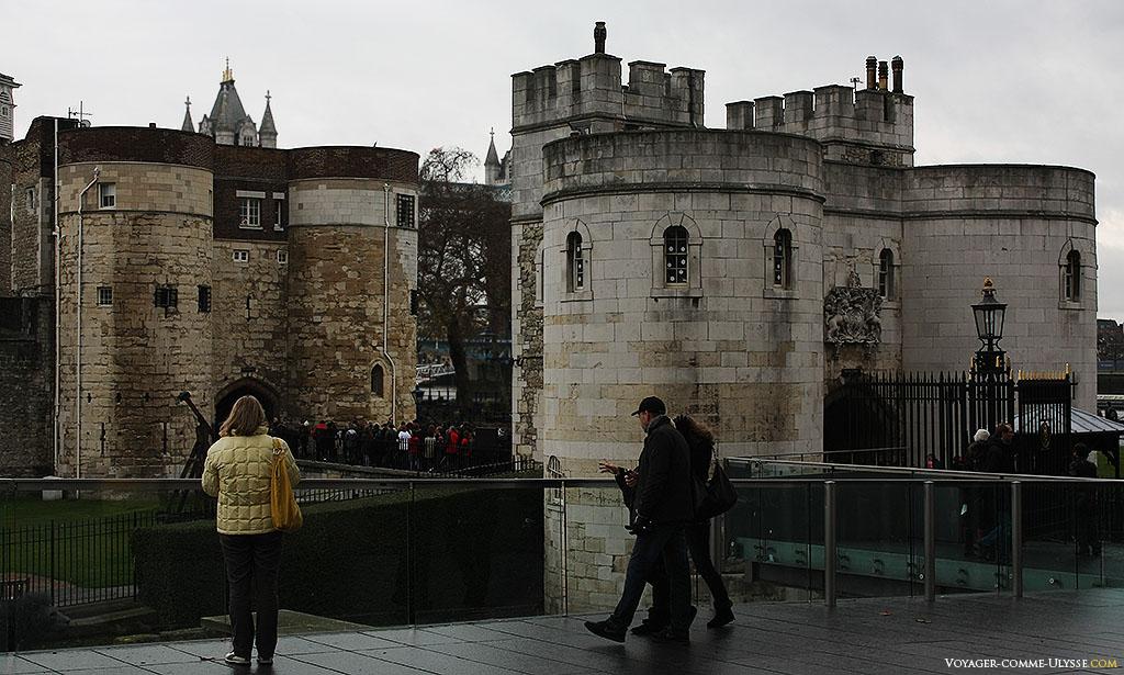 L'entrée principale du château-fort, avec ce petit pont traversant la douve asséchée.
