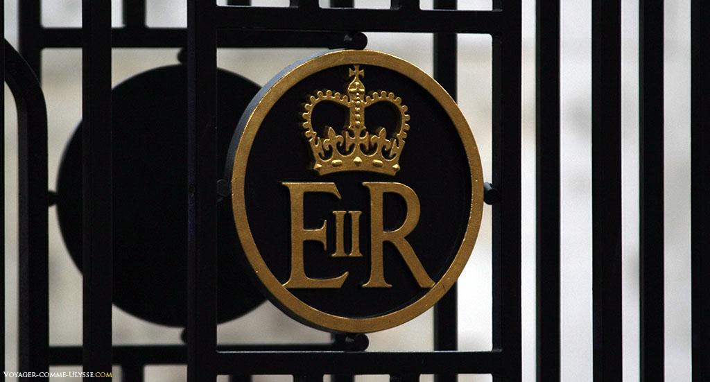 """Ce symbole sur le portail du monument est celui de la reine Elisabeth II du Royaume-Uni. Le R vient du latin """"Regina"""", reine."""