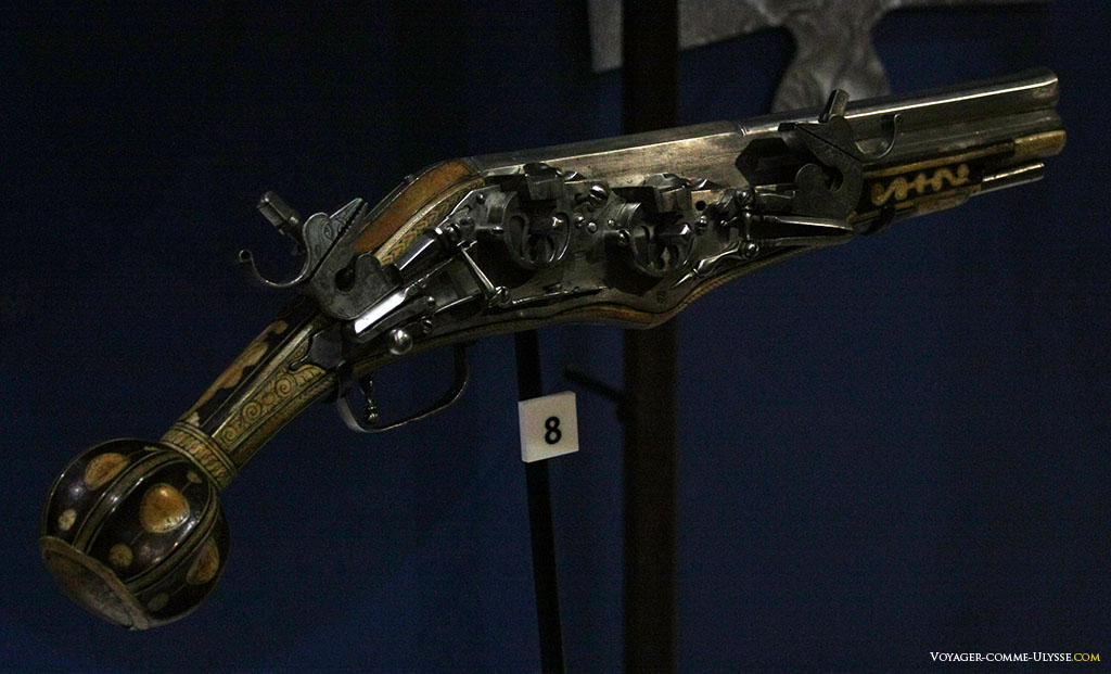 Cet ancienne arme à feu est un véritable bijou artistique et technique. C'est l'un des objets que l'on peut trouver dans l'exposition permanente sur les armes à la Tour Blanche.