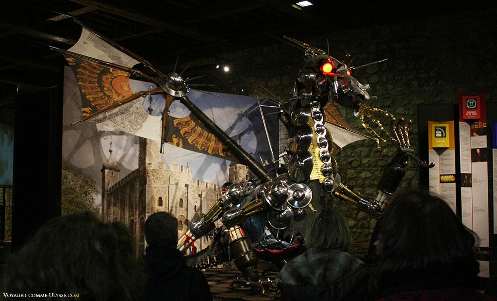 Un grand dragon, fait de métal, décore superbement l'intérieur de la Tour de Londres et ses expositions sur le Moyen-âge.