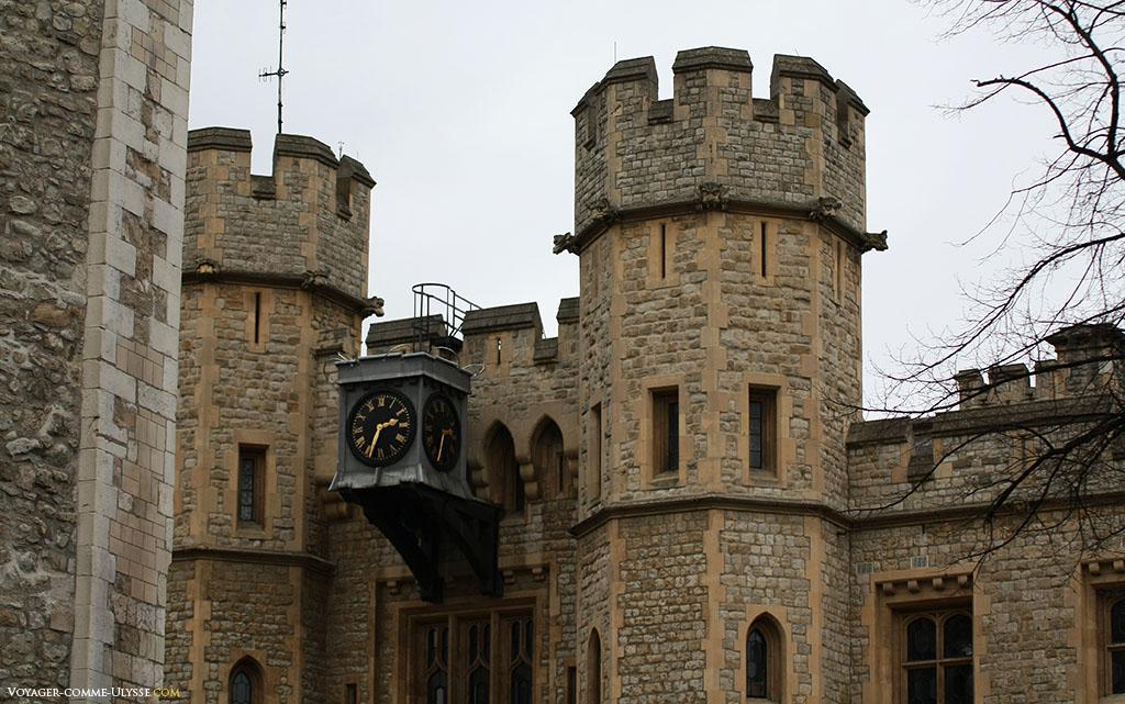 Tours crénelées, avec entre les deux une très belle horloge. Les édifices composant la Tour de Londres sont tous très bien conservés et restaurés, la Tour de Londres n'ayant jamais subit de dommages importants.