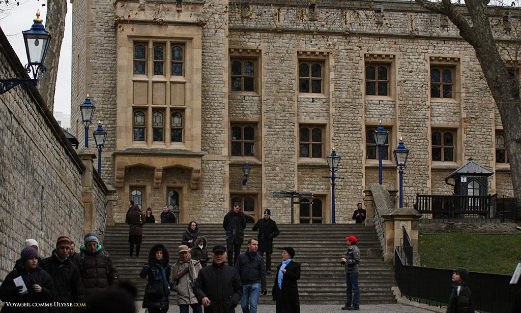 Peut-être que le fantôme d'une reine d'Angleterre se promène ici la nuit, gravissant les marches des allées de la Tour de Londres?