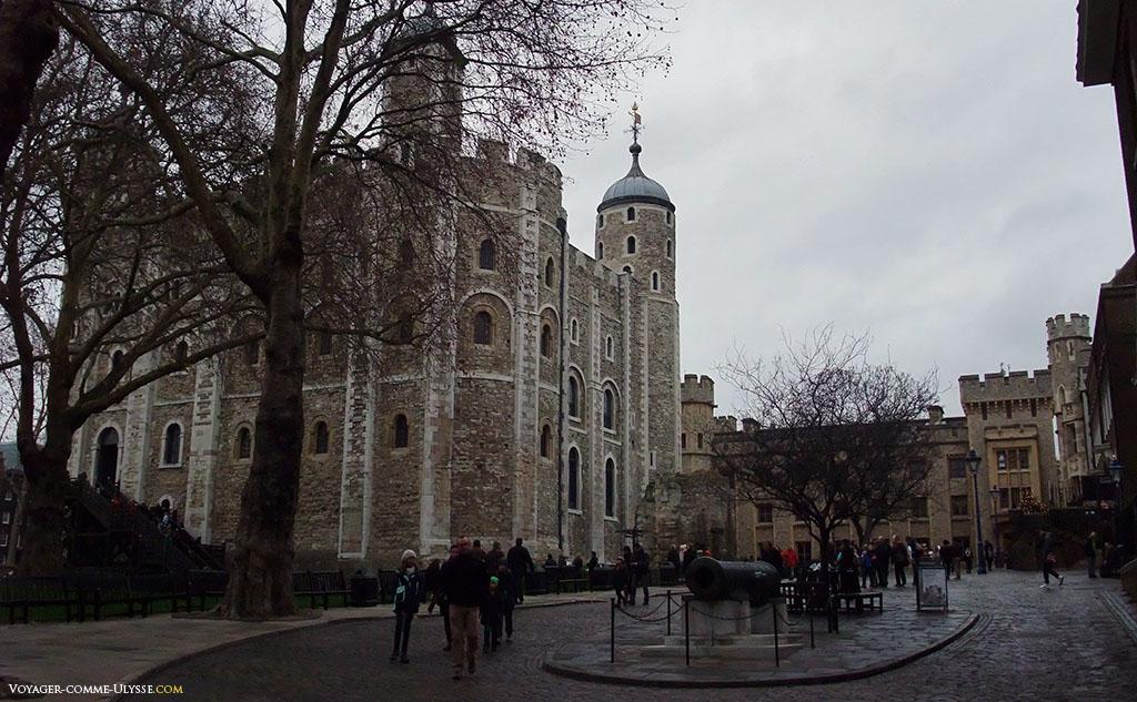 The White Tower, le centre de la Tour de Londres. C'est le donjon, la pièce maîtresse du complexe défensif d'origine normande. Ce modèle très abouti de château-fort sera par la suite répliqué un peu partout en Europe.