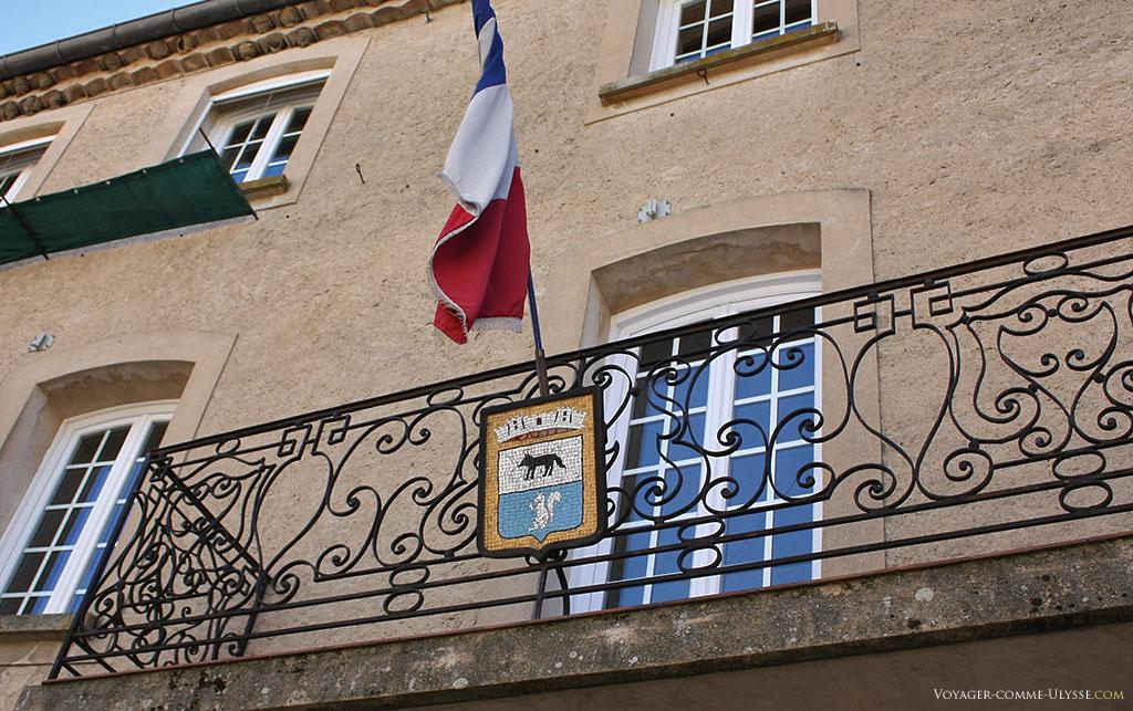La façade de la Mairie, avec le blason de la ville : un loup et un écureuil.