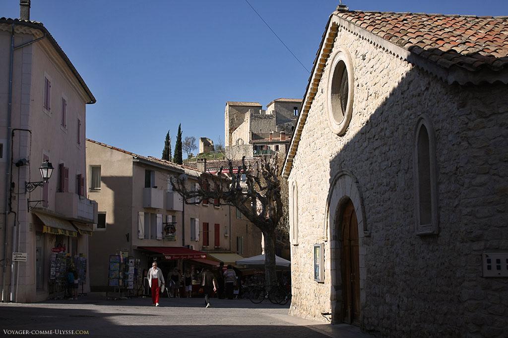 Derrière l'église à droite, on aperçoit en haut le château des Templiers.