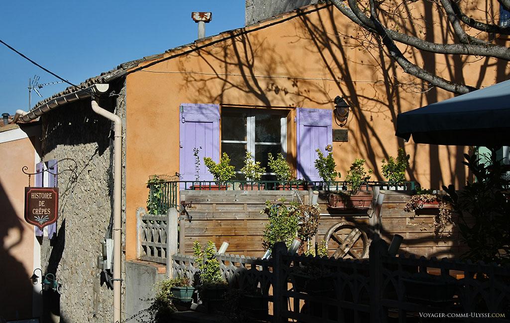 Les volets bleus, c'est une vieille histoire d'amour, comme ici pour la fenêtre de cette crêperie à la terrasse si tentante...