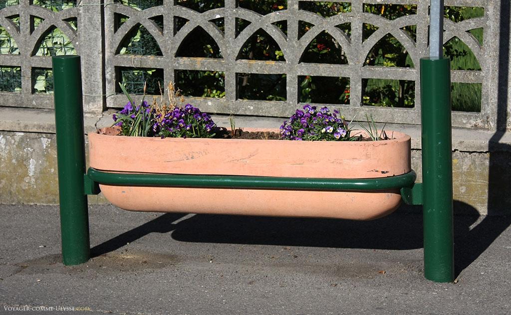 Le mobilier urbain est soigné, comme ici pour ce pot de fleurs. Il faut dire que Gréoux est un village riche de son thermalisme et de ses curistes.