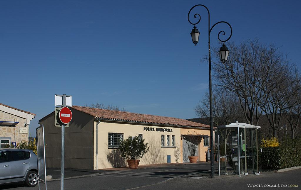 Il y a pourtant toujours moyen de bien intégrer les édifices récents dans le décor, comme ici avec le bâtiment de la police municipale de Gréoux-les-Bains.