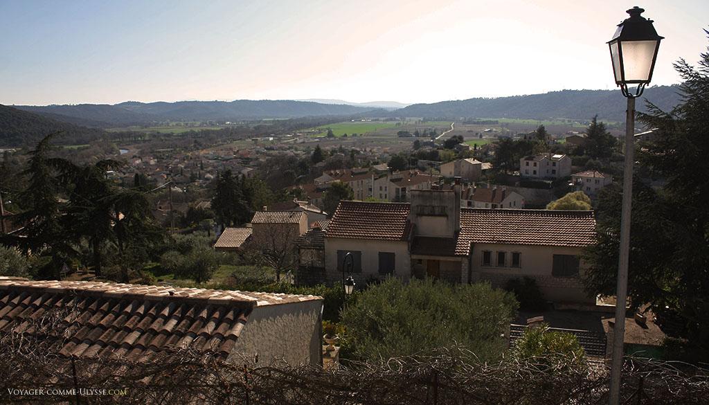 D'en haut, on a une vue panoramique sur Gréoux et sa campagne.