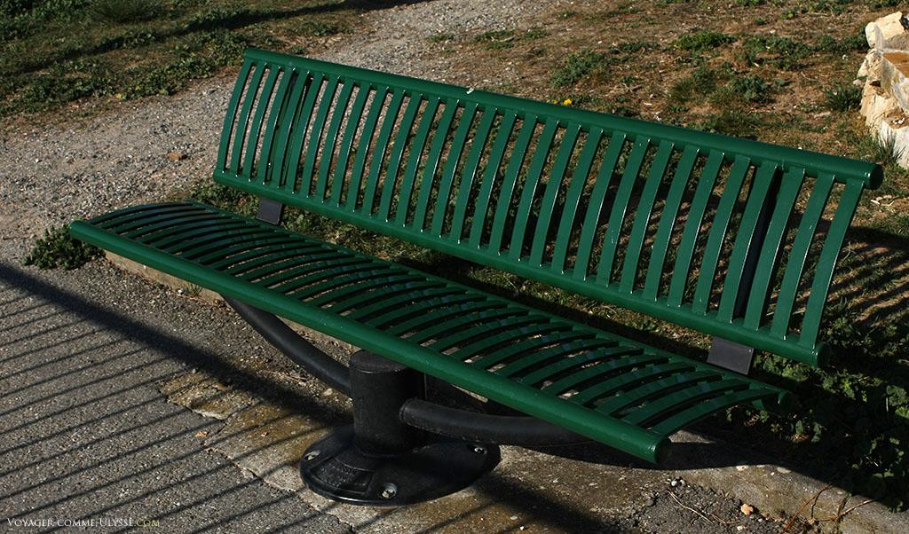 Assis sur ce banc sur une des places du village, on a une vue phénoménale sur la région, sans bruits d'intense circulation automobile.