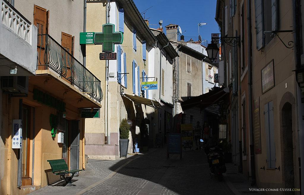 On voit que nous sommes dans une petite ville très visitée et fréquentée à ses rues et ses boutiques de souvenirs, sa pharmacie ou ses restaurants.