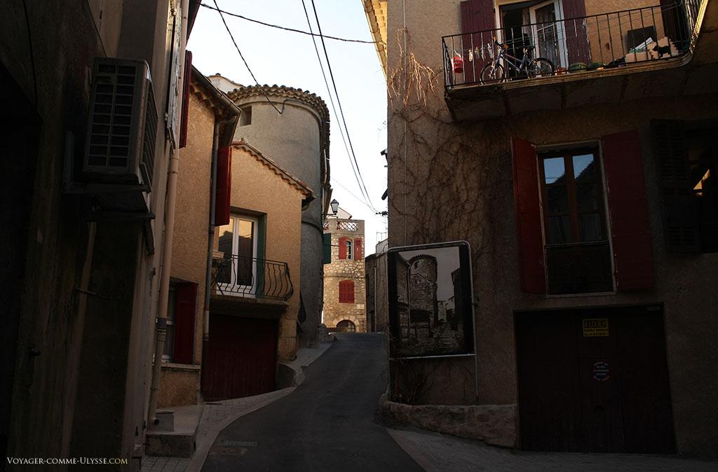 Sur certaines rues, des panneaux ont été disposés, avec des photos anciennes. Autre détail, on remarque que comme pour le château, les corniches multiples sont en vogue.
