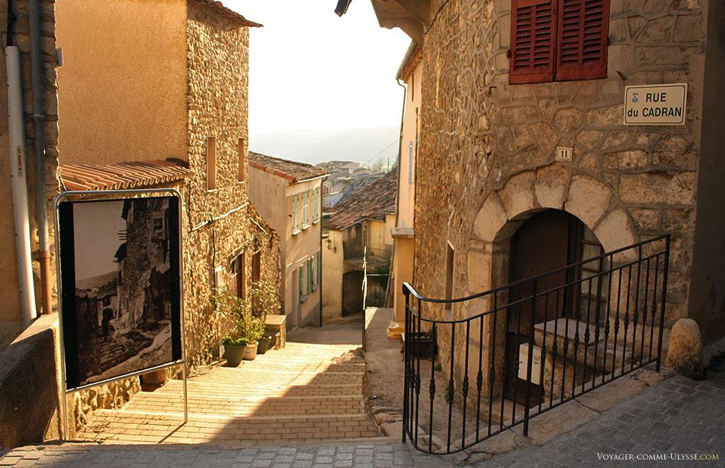 La rue du Cadran est un grand escalier, et qui ne peut donc être qu'empruntée à pied.