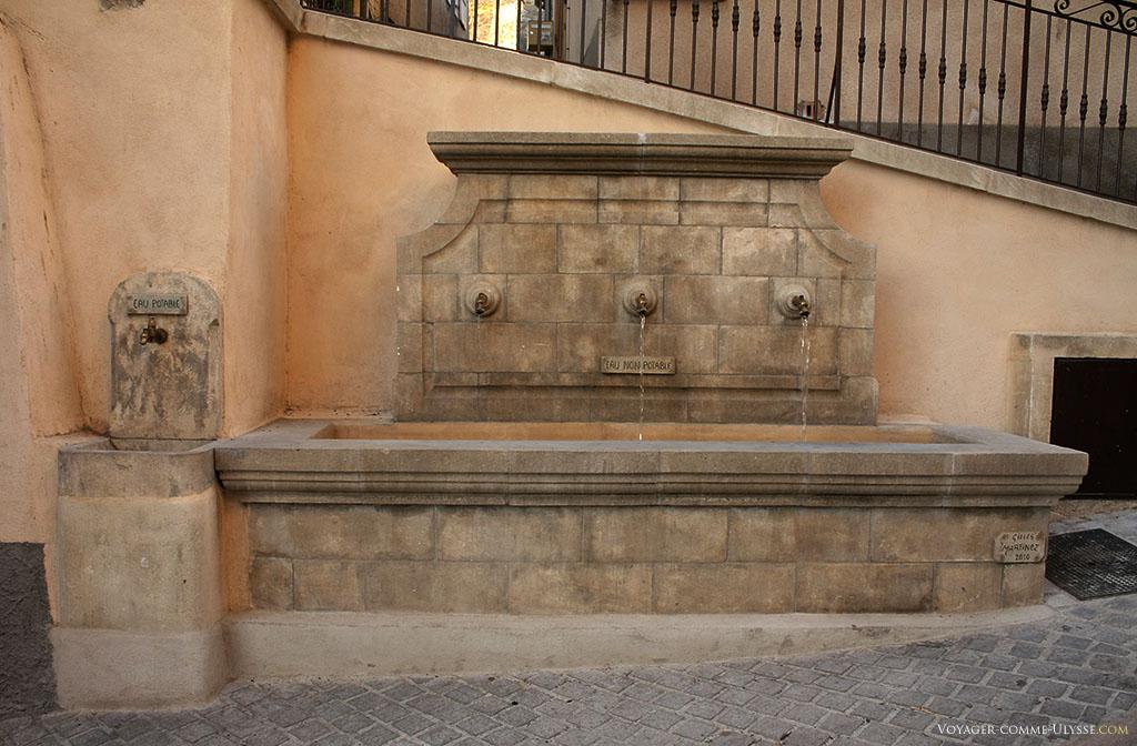 """Une fontaine dans une vieille rue du village provençal. Toute l'ironie est dans le petit panneau """"eau non potable"""", c'est purement décoratif. Par contre, il y a un robinet d'eau potable à coté."""