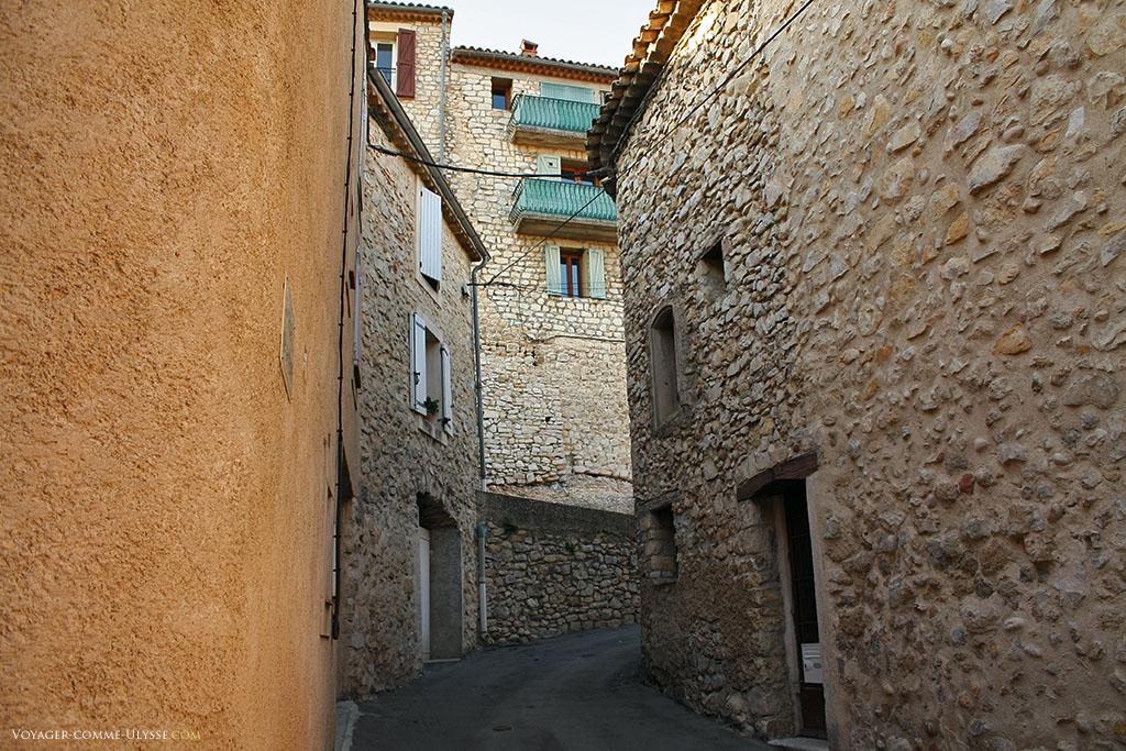 Petite rue de pierre, flambant neuve oserais-je dire, tellement c'est propre. Ici, on respecte son patrimoine.
