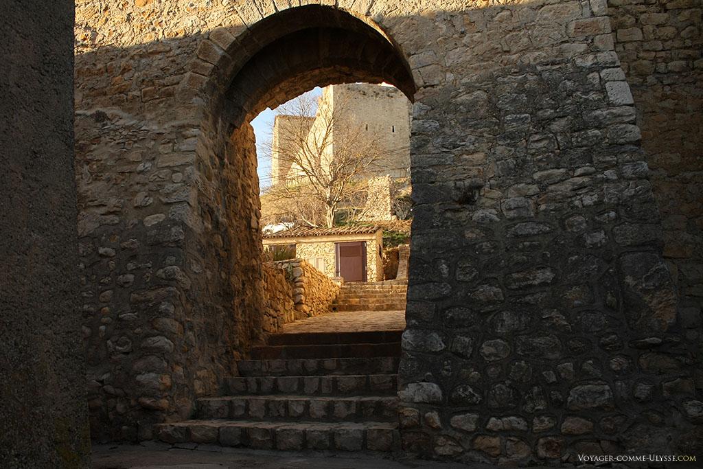 Un étroit passage menant au château, que l'on aperçoit au bout.