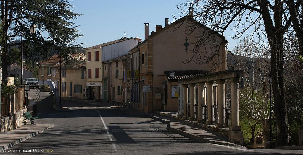 Une rue de Gréoux, calme par cette journée de Printemps.