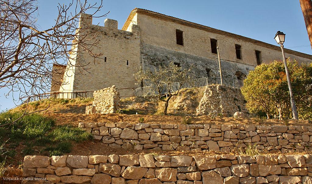 Le château a été plusieurs fois restauré et aménagé, mais il n'y a plus de salle derrière ses murs, vides.
