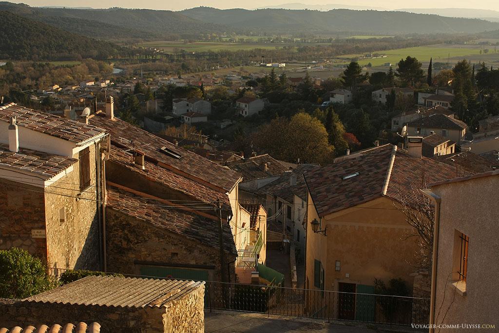 Nous sommes bien dans le Sud de la France, en Provence : les toits sont couverts de tuiles.