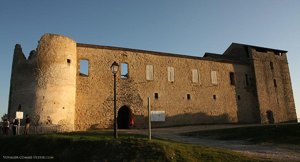 Le Château des Templiers. Une tour ronde à gauche, une tour carrée à droite, une enceinte autour d'une cour rectangulaire et... c'est tout.