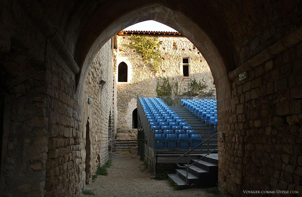 La cour intérieure du château, aménagée pour les spectacles.