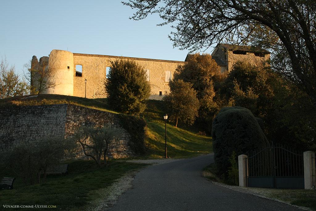 Les alentours du château sont conservés dans un savant mélange de nature et de vieilles pierres.