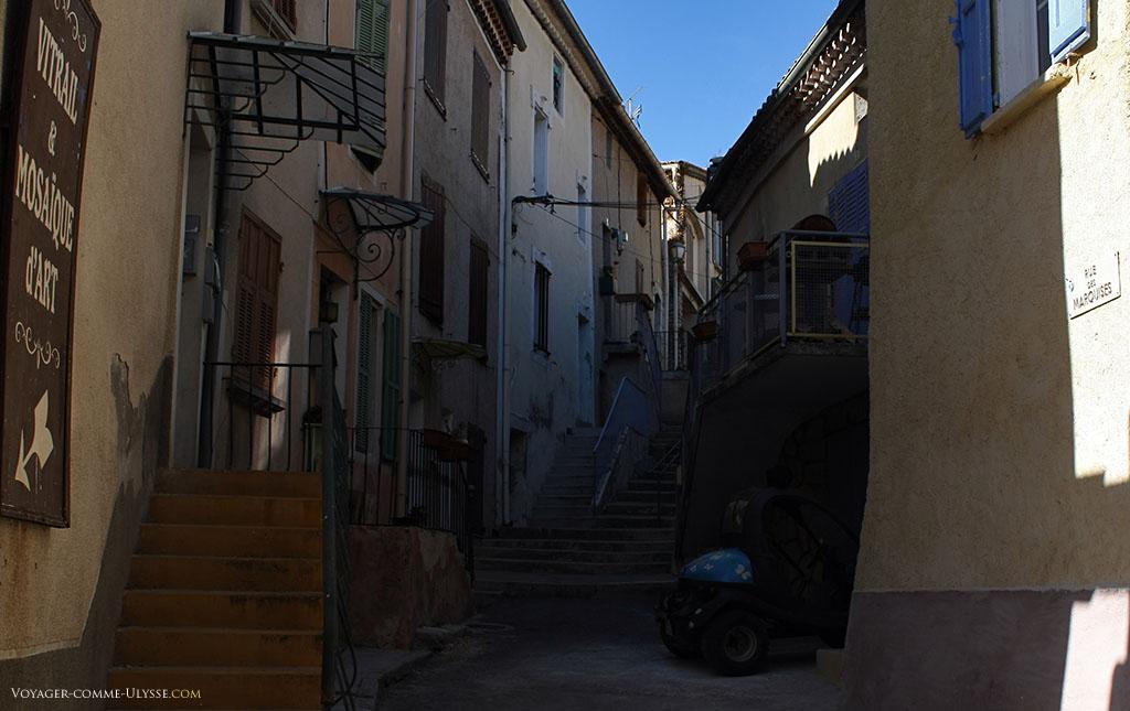 La rue des marquises, avec ses petits escaliers et... ses marquises.