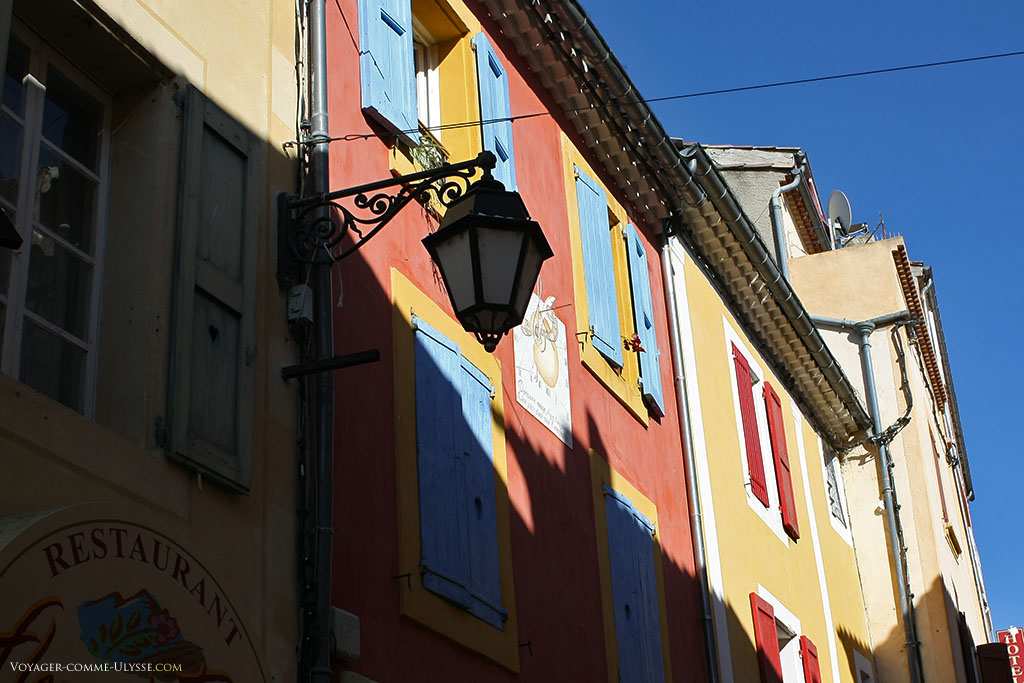 Les façades sont parfois très colorées, avec des tons vifs du plus bel effet.