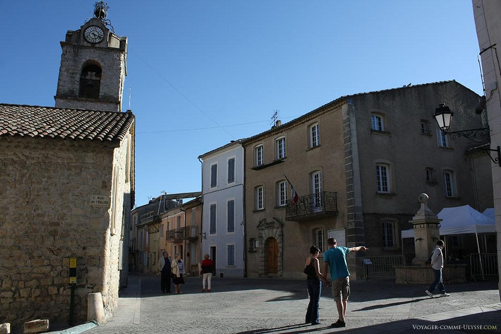 L'église fait face à la Mairie et à la fontaine, place de l'Hôtel de Ville.