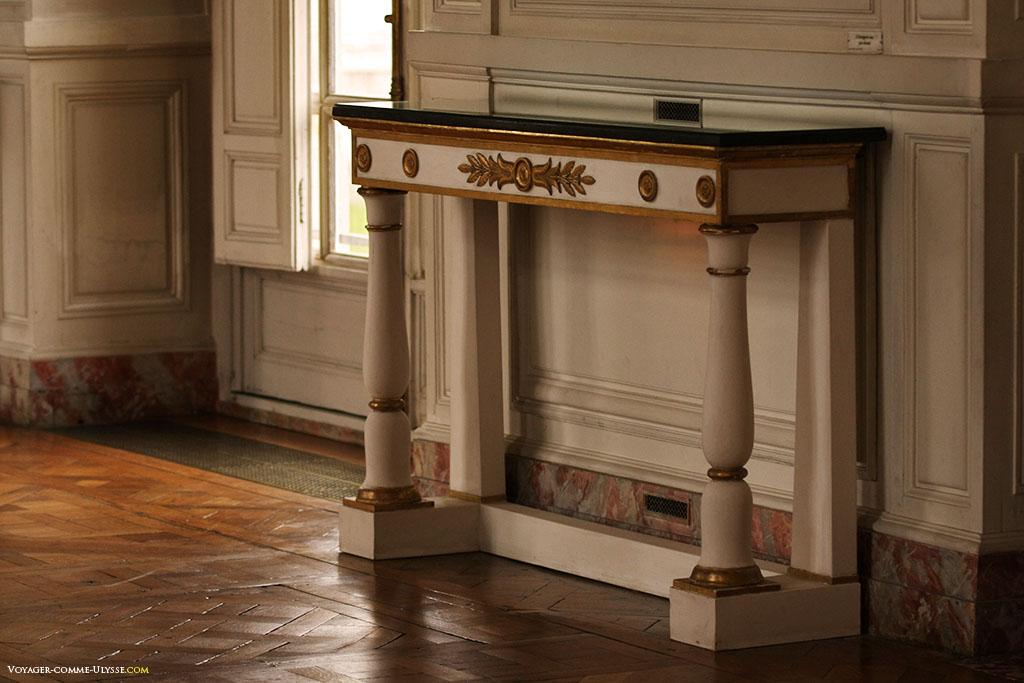 Uma das mesas de consola da Galeria dos Cotelle.