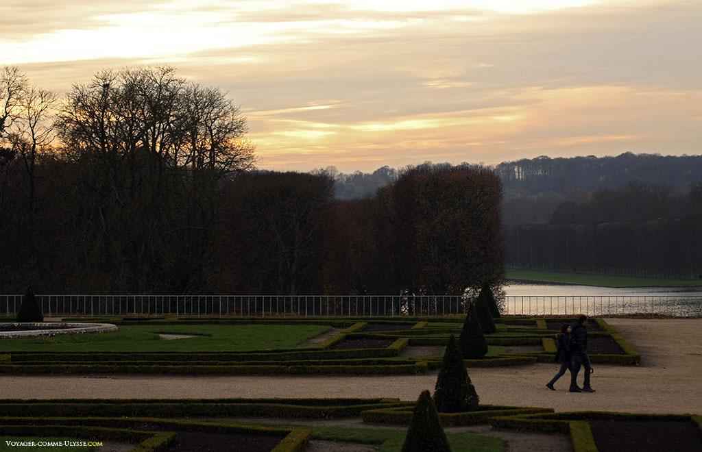 Jardins à la française. On aperçoit au fond le Grand Canal.