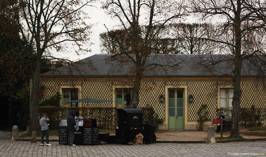 Sur la place d'Armes devant le Grand Trianon, un vendeur de pommes-de-terre fourrées, La Parmentier. Au saumon, c'était très bon.