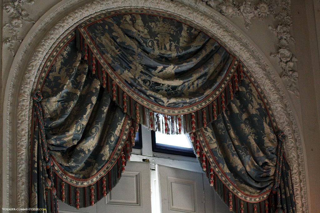 Os cortinados do Grand Trianon são muito elaborados, como estes da Galeria dos Espelhos.