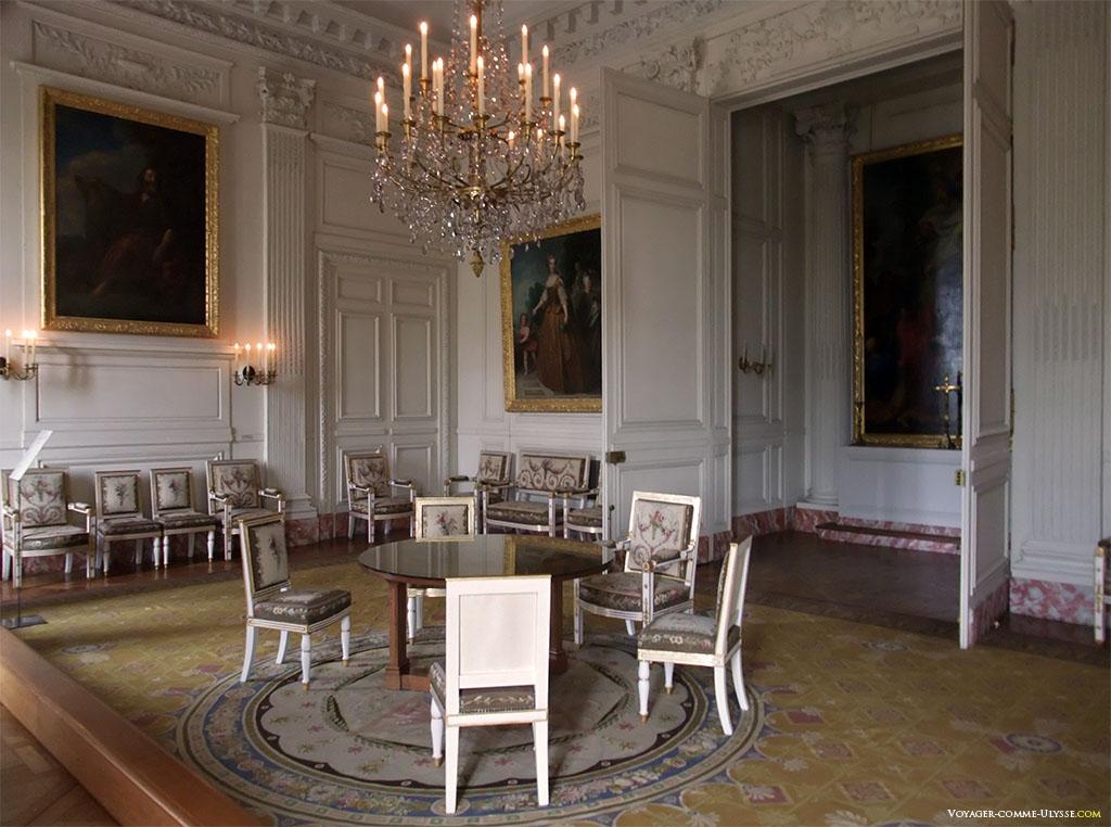 Sala da Capela. Esta sala, como o seu nome indica, servia de capela no início do palácio. Passou a ser a primeira sala da imperatriz no tempo de Napoleão.