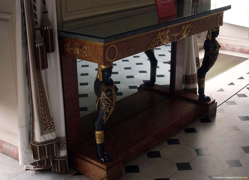 Une pièce de mobilier du Salon des Seigneurs. Cette console est attribuée à Lignereux, et se trouvait originellement à Saint-Cloud.