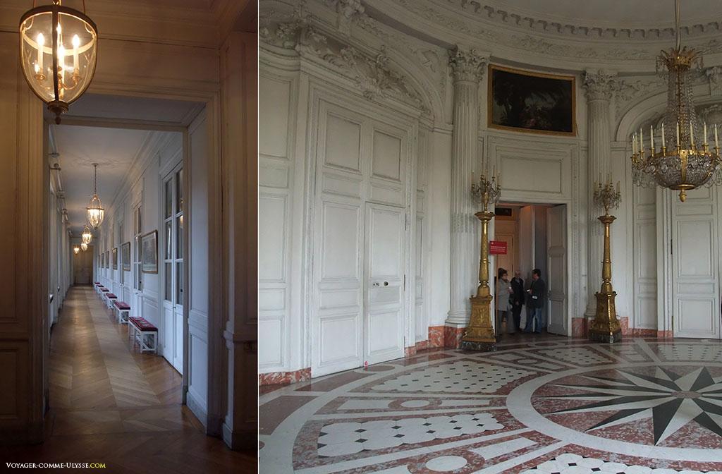 À esquerda, o Corredor das Gravuras que dá acesso aos quartos. À direita, a entrada principal do Grand Trianon, a Sala Redonda.